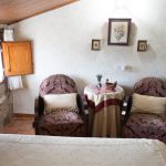 Habitación Abuardillada zona lectura Casa Rural Mas els Vilars